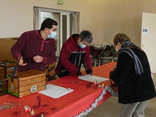 Distribution des colis de fêtes aux aînés, en mairie, par les élus et membres du CCAS.
